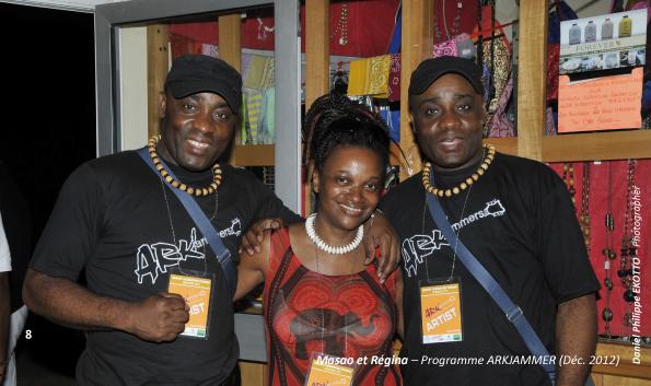 Les Jumeaux de MASAO (Masao Masu) et la chanteuse brésilenne Regina Ribeiro au Cameroun. Photo : Philippe Ekotto