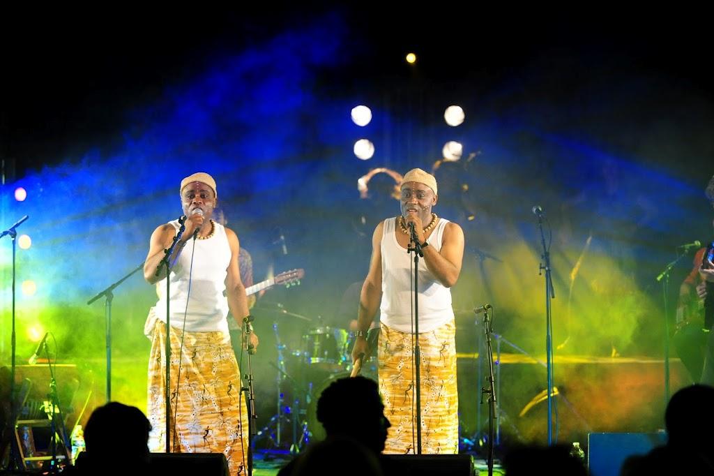 Les Jumeaux de MASAO (Masao Masu)en concert à Villeneuve le roi. Photo : Julien Pignol
