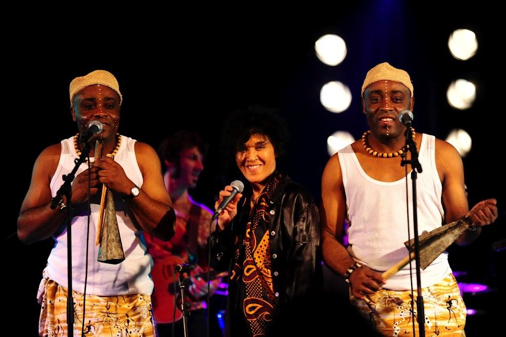 La chanteuse Sha Rakotofiringa & Les Jumeaux de MASAO (Masao Masu). Photo : Julien Pignol