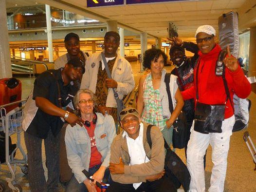 Les Jumeaux de MASAO (Masao Masu) à l' Aéroport international Pierre-Elliott Trudeau Québecde avec leurs musiciens