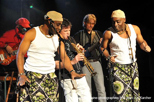 Les Jumeaux de MASAO (Masao Masu) en concert avec le bassiste Noël Ekwabi, le saxophoniste Phillipe Gonnand, le guitariste  Phil Robert.    Photo : Jean-Luc Karcher