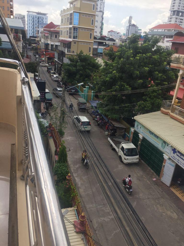 Ein Bild von unserem Balkon (das schwarze Schild links gehört zum Supermarkt, der türkisene Zaun rechts zu einer Grundschule)