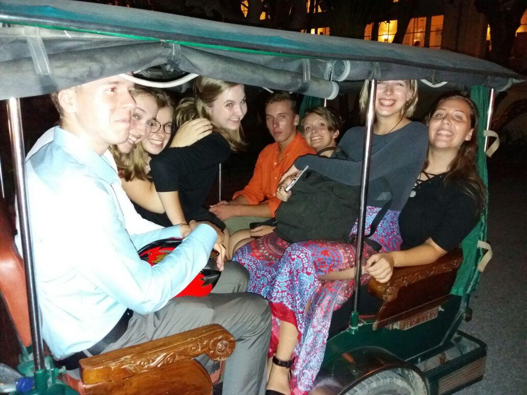 die Brötchen (BfdW-Freiwillige) und ein paar Freiwillige von Via e.V. zu acht im TukTuk