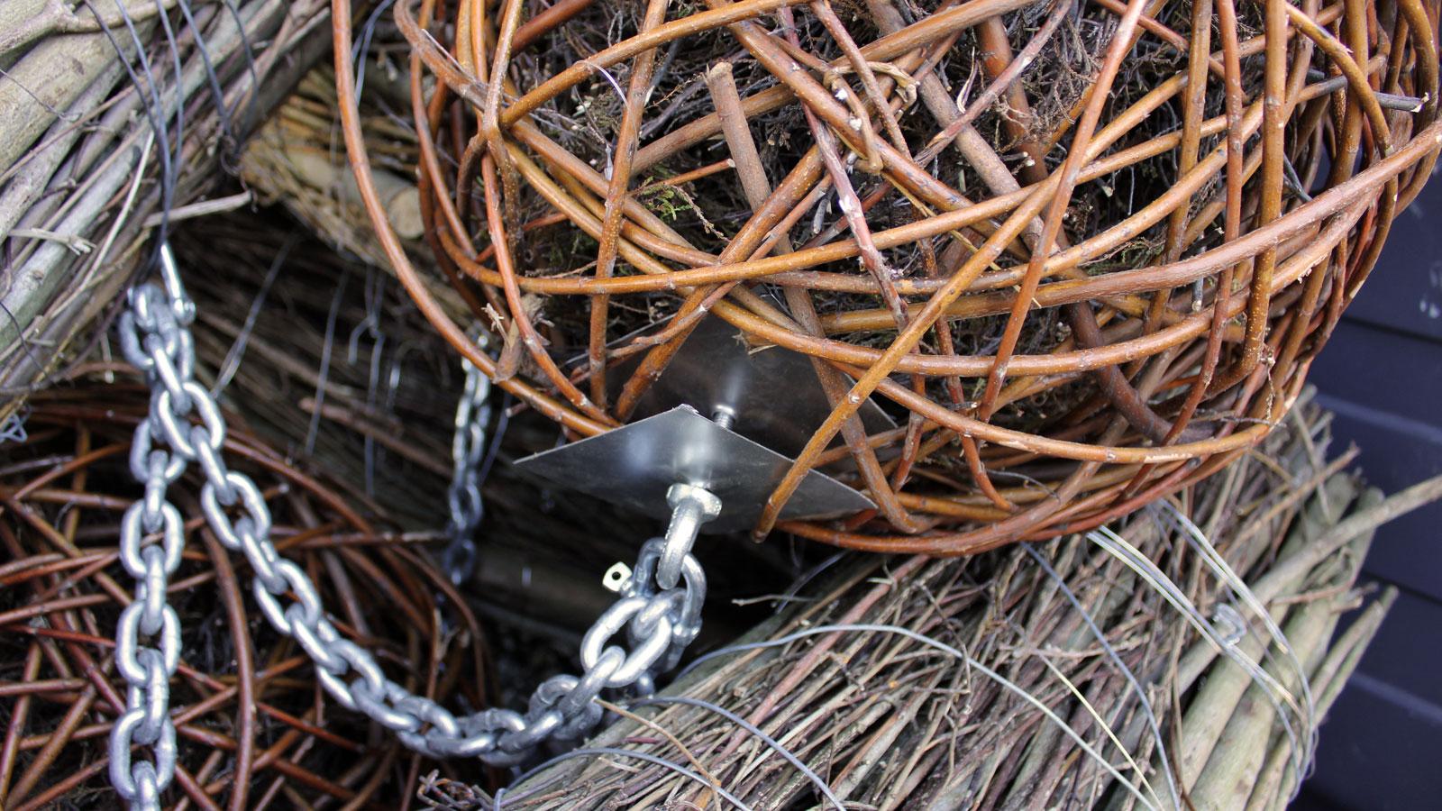Weidenkugeln als Totholzstrukturen werden unter Bojen in das Alsterfleet gehängt und verankert. Ein extremer Lebensraum verlangt extreme Maßnahmen.