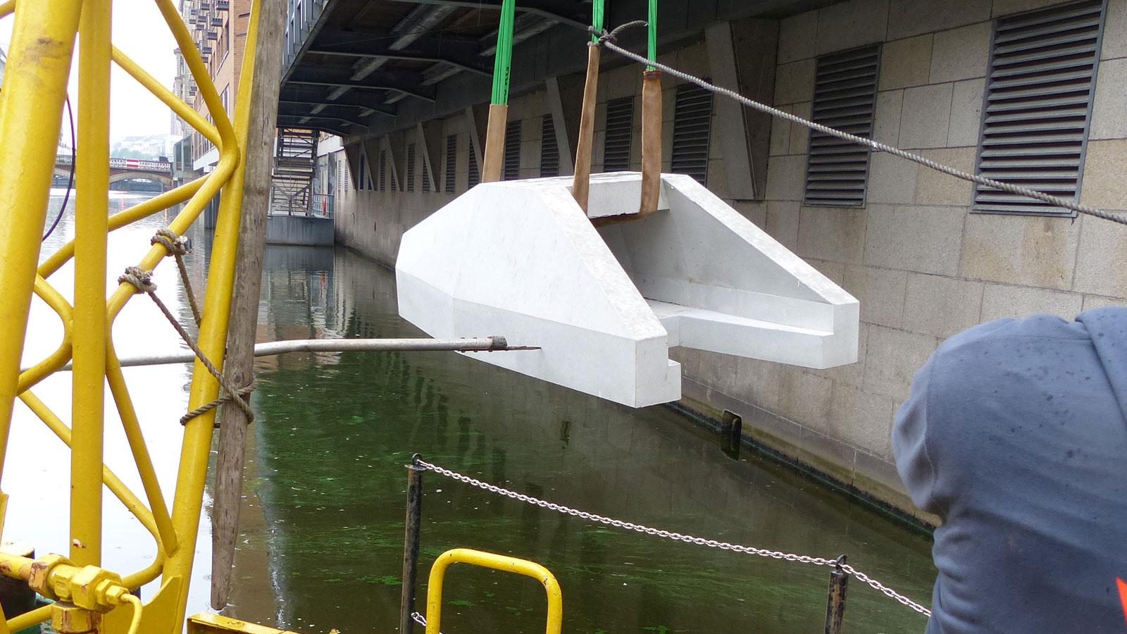 Strömungskokon aus Beton als künstlicher Fischunterstand im Alsterfleet. Im Sommer wird überprüft wie der Unterstand von Fischen angenommen wird.