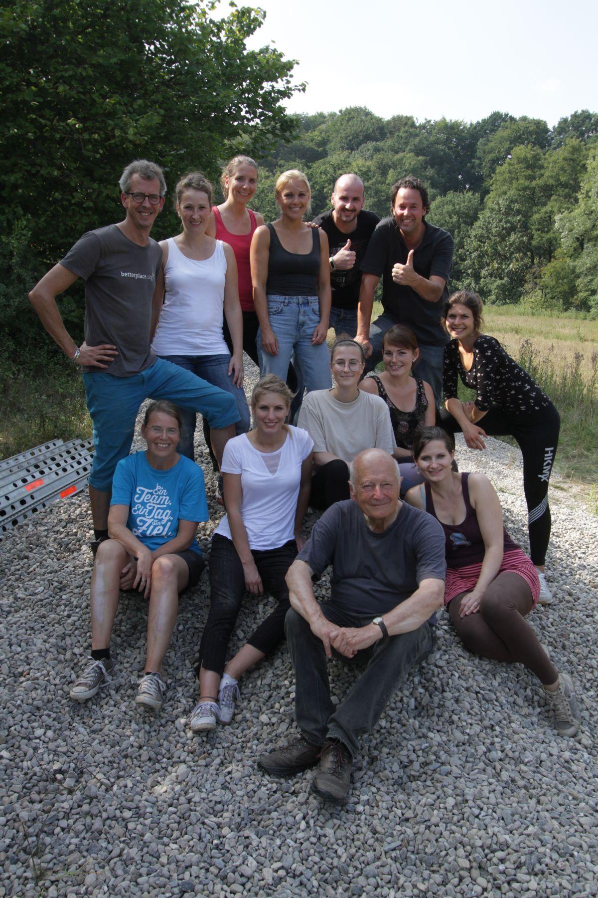 Das Team von Klimainvest hat ordentlich reingehauen. Gruppenbild auf Kieshaufen bevor es zum Italiener ging (Foto: A. Lampe).