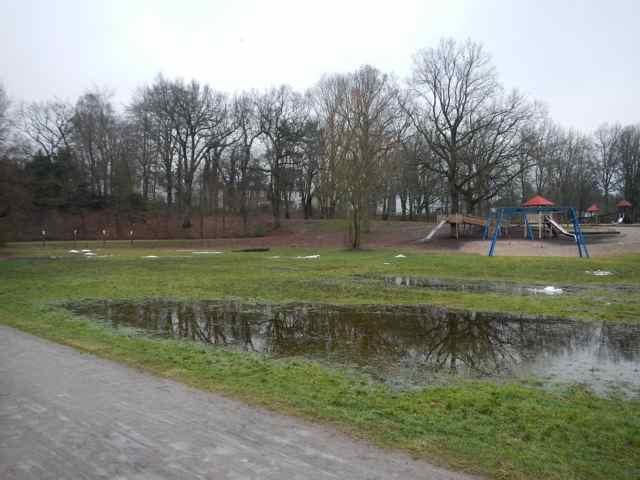 Beteiligungsstrecke: Überstaute Flächen am großen Spielplatz. Aber hier kann das Regenwasser nicht weg, weil der Weg als Damm funktioniert.