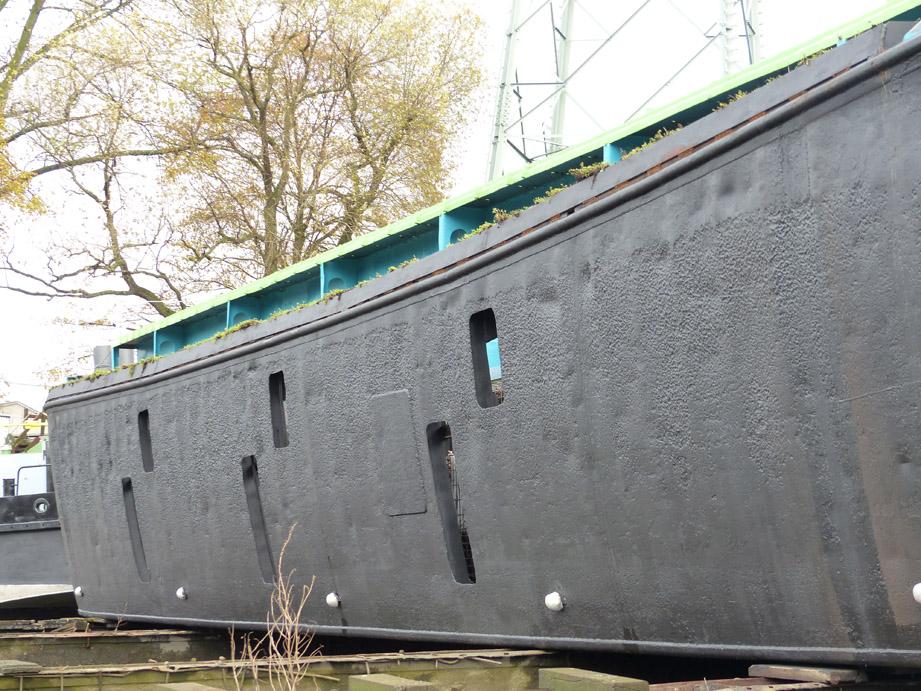 Die Seiten und der Boden des Lastenkahns werden mit Öffnungen versehen, damit Wasser und Wasserorganismen in die Schute gelangen können (Foto: M. Maaß).