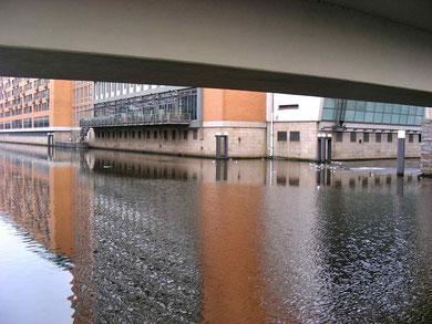 Alsterwanderweg an der Stadthausbrücke. Ein wenig mehr Naturelemente könnten auch hier möglich sein und würden die Alster für Tier und Mensch attraktiver machen. Bilddatum: 13.02.2012