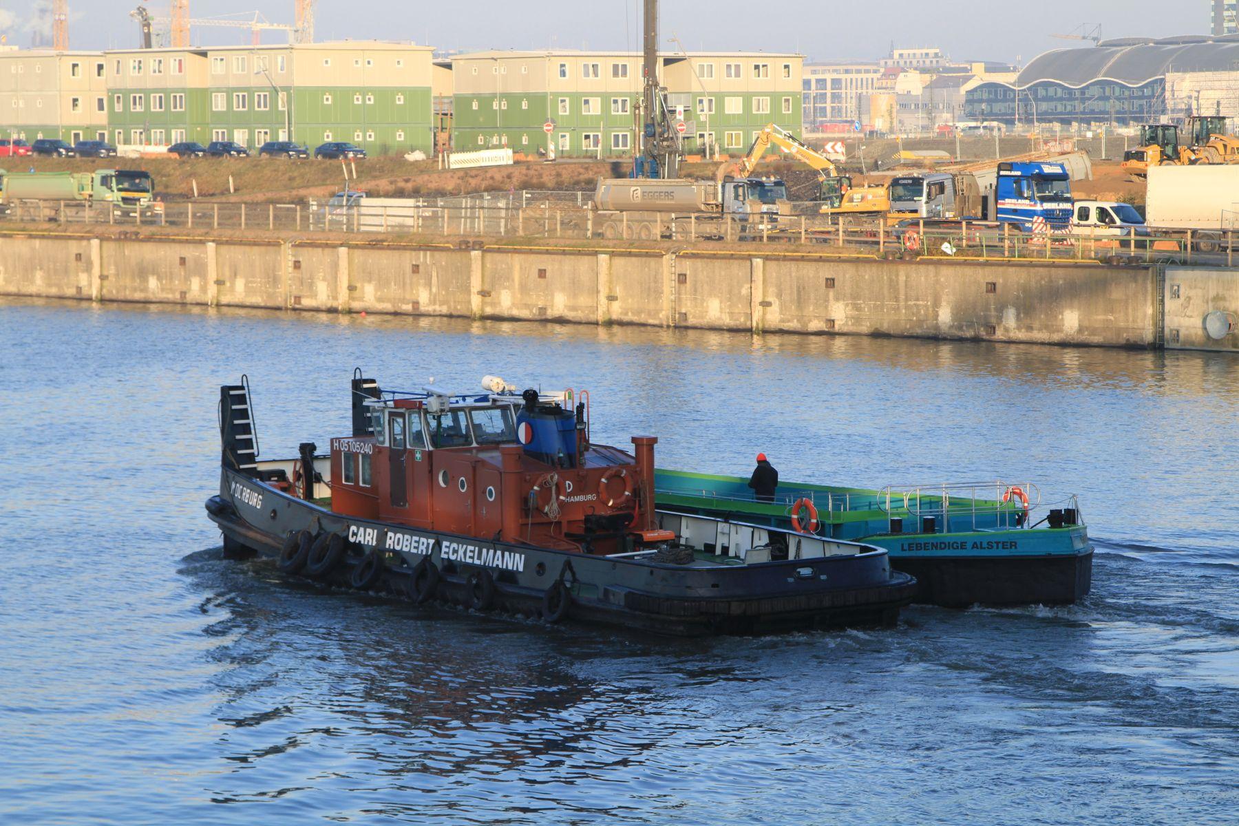 Die Grüne Schute auf dem Weg von der Grube Werft im Holzhafen zum Alsterfleet (Foto: A. Lampe).