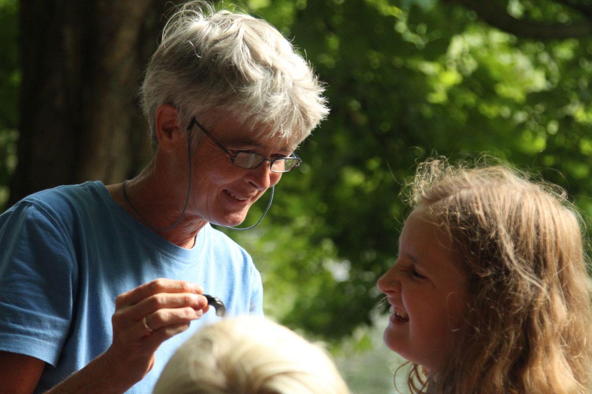 Die Umwelt-Pädagogin Katharina Henne erklärt den kleinen Forschern, welche Tiere sie gefangen haben (Foto: A. Lampe).