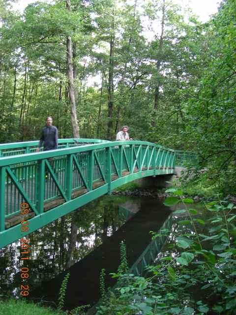 Beteiligungsstrecke: Die neue Brücke - eine Ausgleichsmaßnahme. Die spiegelglatte Wasseroberfläche entsteht durch den Rückstau von der Fuhlsbüttler Schleuse. Er wirkt bis oberhalb des Wellingsbüttler Torhauses.