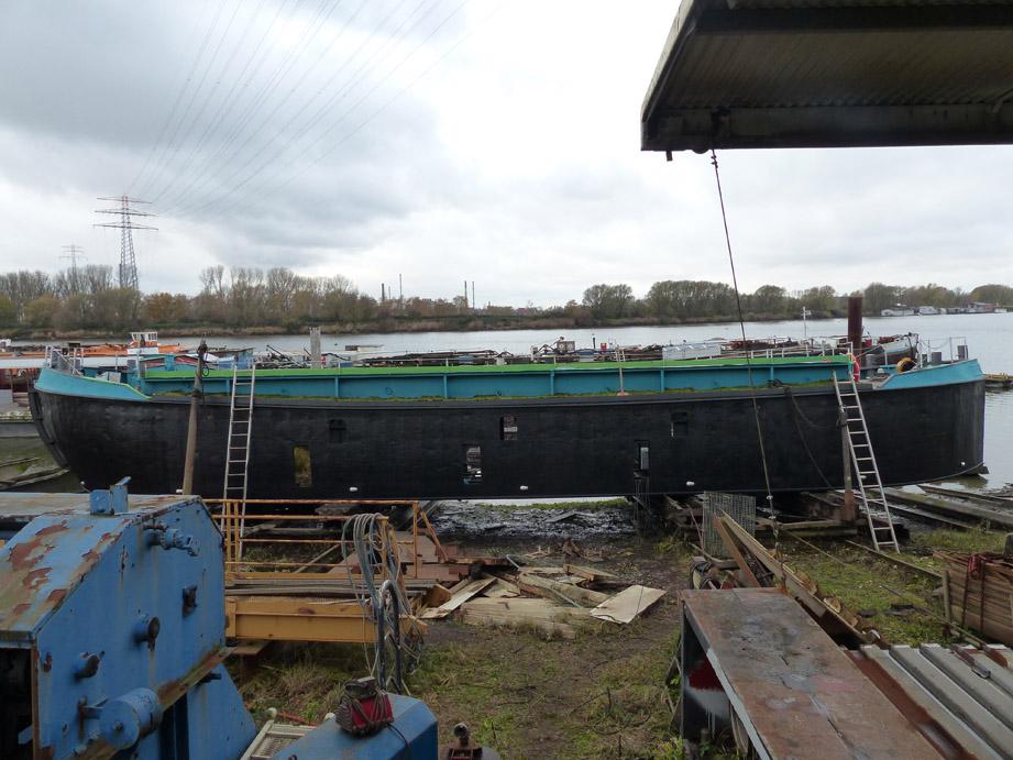 Die Grüne Schute in der Werft. Um ihrer neuen Aufgabe als Ersatzlebensraum und Umweltbildungsort gerecht zu werden, sind einige Umbauten notwendig (Foto: M. Maaß)
