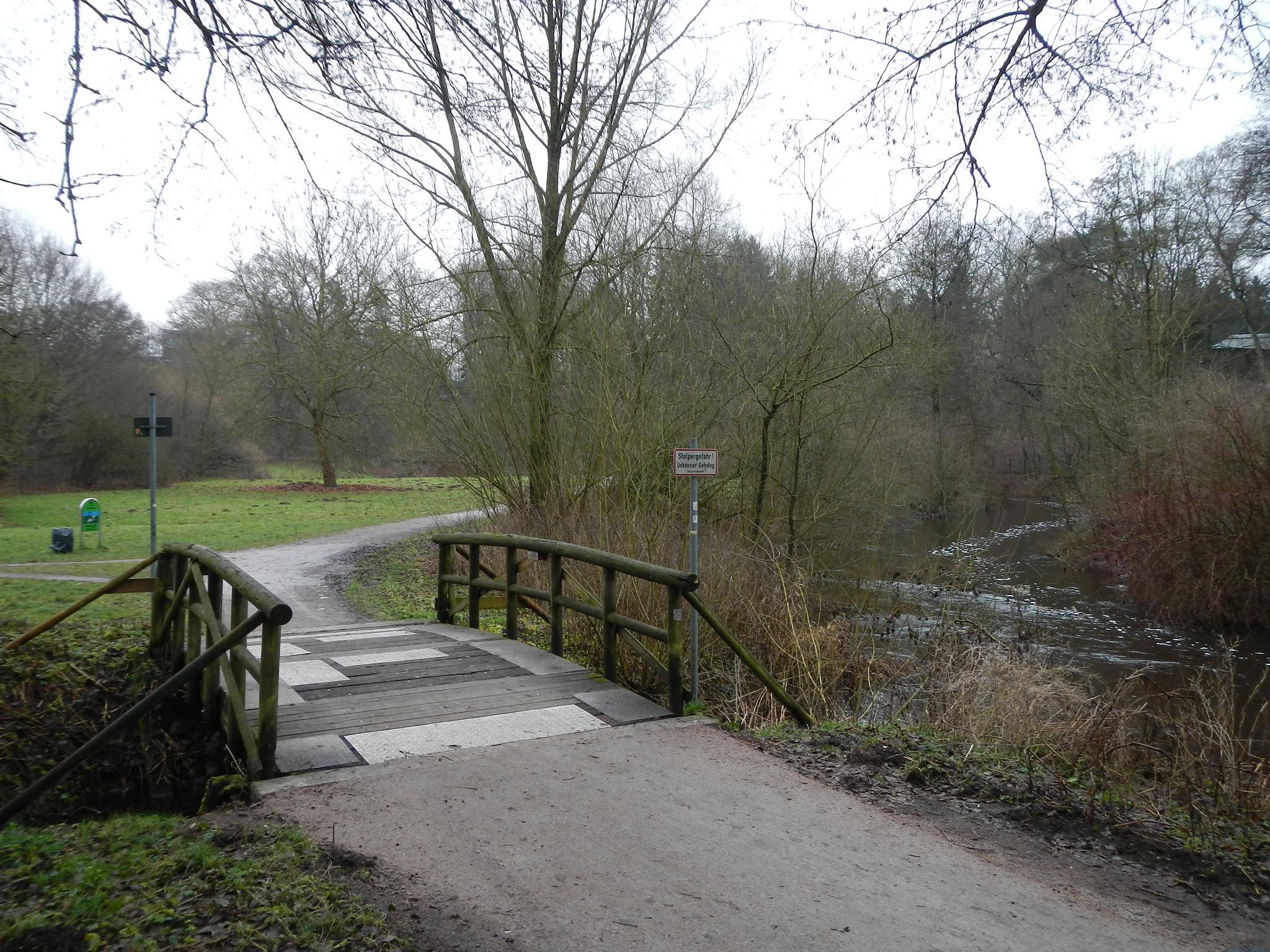 An der Beteiligungsstrecke: Die Brücke über die Minsbek. in der Alster markieren die Schaumkronen den Stromstrich - den Bereich schnellster Strömung an der Oberfläche.
