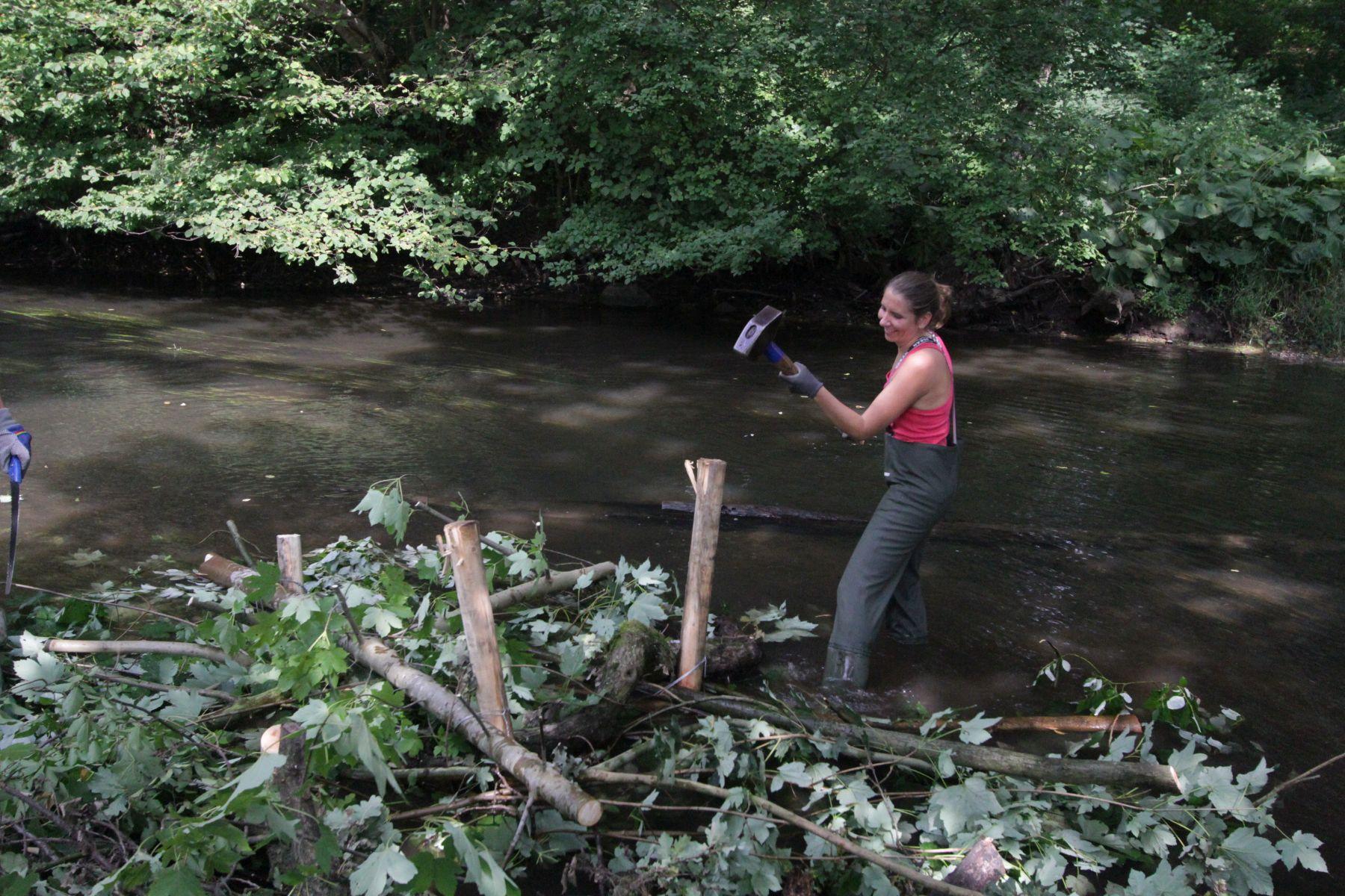 Übung macht den Meister bei der Arbeit mit dem Vorschlaghammer (Foto: A. Lampe).