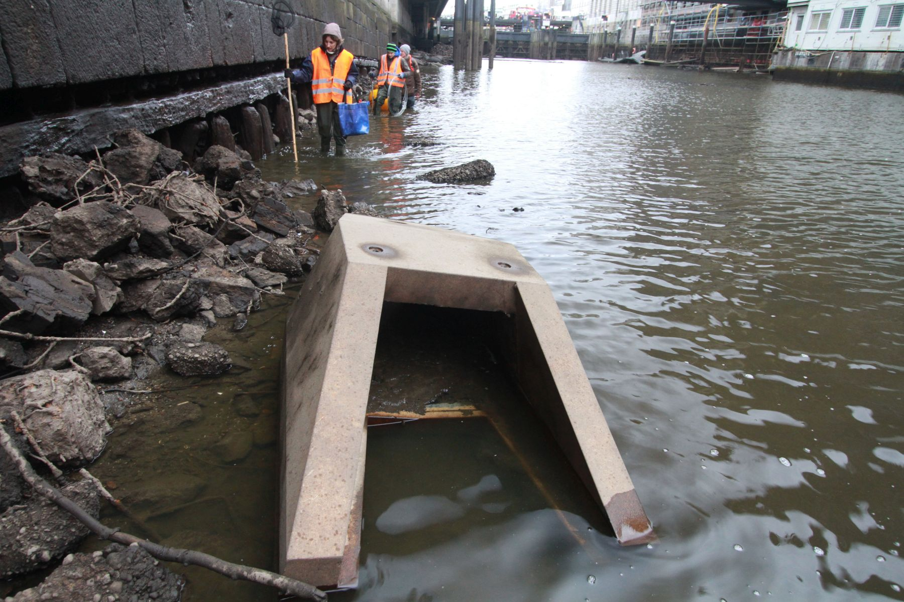 Einer von zwei Stromkokons, die im Sommer 2016 im Alsterflet platziert wurden, und Fischen als Unterschlupf dienen (Foto: A. Lampe).nen