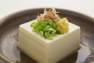 長ネギ・生姜・カツオ節の乗ったお豆腐