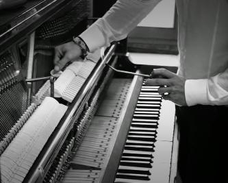 Handwerk und Musik verbindet Martin Overath mit seinem Team vom Pianostore wie kein Anderer. Die Liebe zum Klavier und dem Restaurieren dieser wundervollen Instrumente ist hier immer spürbar.