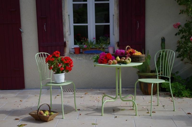 guéridon fleuri sur terrasse