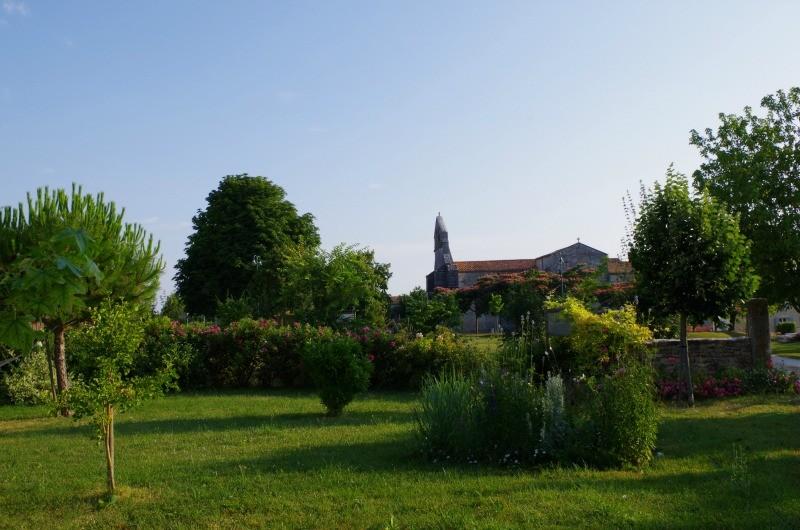 jardin face à l'église romane