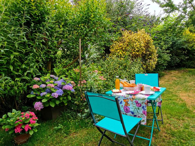 petit-déjeuner dans le jardin