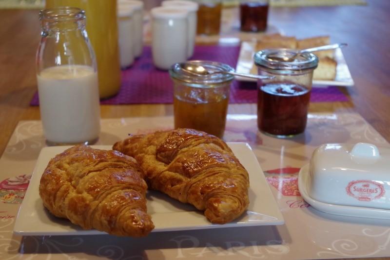 petit-déjeuner, croissants et confiture