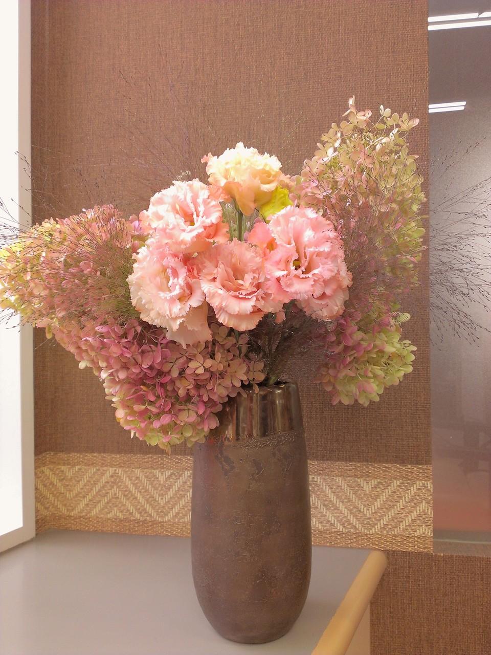 2014.10.01 ミナズキ 秋色(別名:ピラミットアジサイ)、トルコキキョウ、霧吹き草(別名:スモークグラス) ・花瓶からこぼれ落ちそうなボリュームのミナズキ、やわらかな花びらが心を和ませる淡いピンク色のトルコキキョウ。スプレーから噴出した水しぶきのような形の霧吹き草を使用したアレンジメント。淡い色使いがやさしい秋色を演出しております。花言葉:ミナヅキ 秋色【移り気な方、乙女の夢】、トルコキキョウ【すがすがしい美しさ】、霧吹き草【率直】
