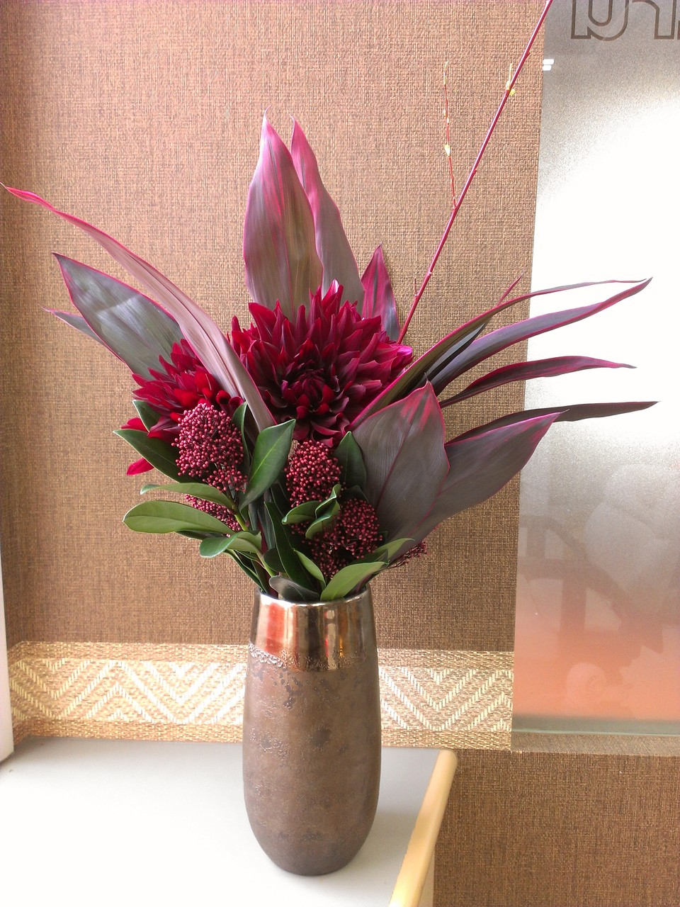 2014.11.12 ダリア(黒蝶)、スキミア、ドラセナ、レッドウィロー(和名:赤柳) ・赤黒く中心に咲き誇る大輪の花ダリア、沢山の赤い実!?のように見えるお花がスキミア。赤色で縁取りさせた大きな葉っぱがドラセナ。長~い真っ赤な柳の枝レッドウィローを使ったアレンジメントとなります。深い赤色でシックなイメージになります。 花言葉:ダリア(黒蝶)【威厳、感謝】、スキミア【寛大、清純】、ドラセナ【-】・レッドウィロー【-】