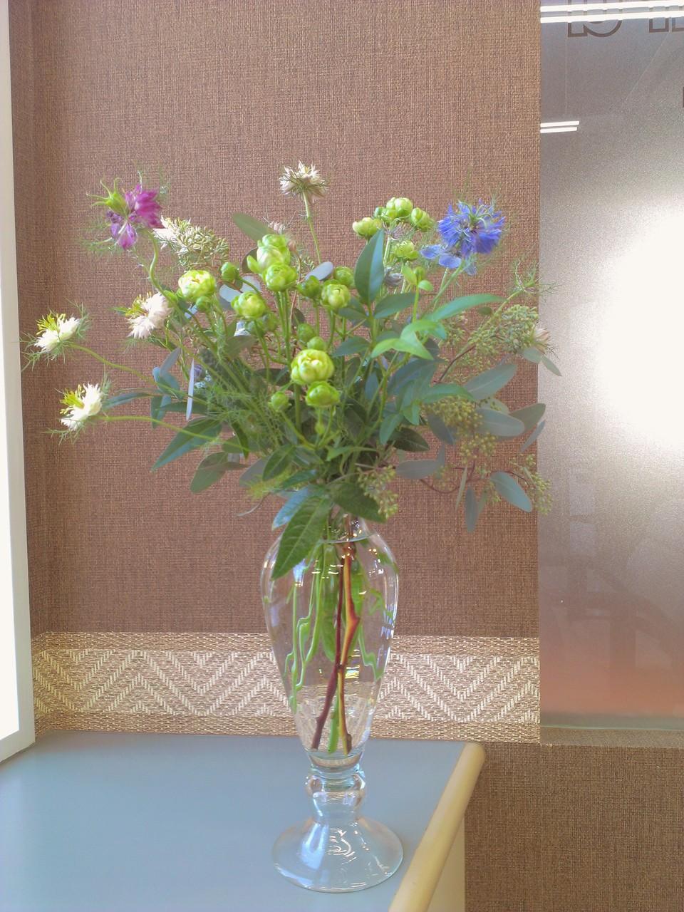 2014.10.22 スプレーバラ(エ・クレール)、ニゲラ、ユーカリ ポポラスベリー、ソケイ ・グリーン色のころんとしたお花がスプレーバラで非常に珍しいお花。紫、青、白色と『濡れ髪のビーナス』と称される幻想的なお花のニゲラ、白っぽい葉っぱと、稲のように無数の蕾を実らすユーカリ ポポラスベリー。青々とした緑色の葉っぱのソケイからなるやわらかなお花をイメージしたフワッとしたアレンジメントです。花言葉 スプレーバラ(エ・クレール)【感銘】、ニゲラ【不屈の精神】、ユーカリ ポポラスベリー【新生】、ソケイ【可憐】