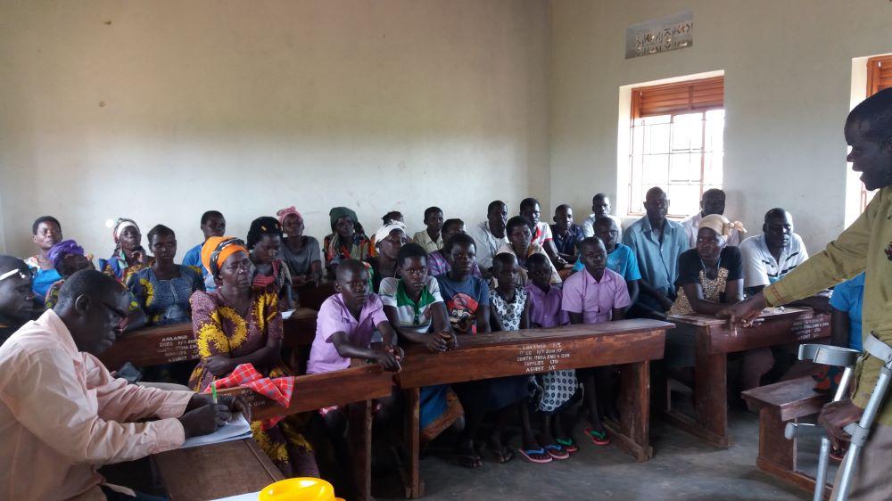 Richard, coordinatore locale dell'ass. I Germogli, incontra i ragazzi con le loro famiglie (2020)