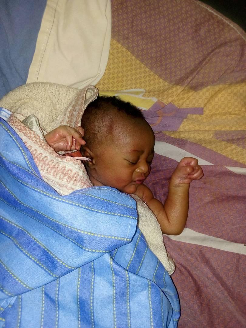 Un neonato nella sala di degenza post-parto