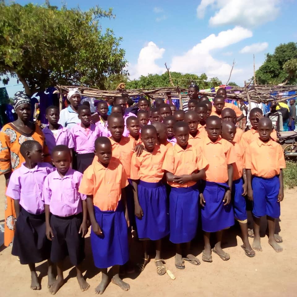 Un gruppo di beneficiari di Back to school con le nuove divise