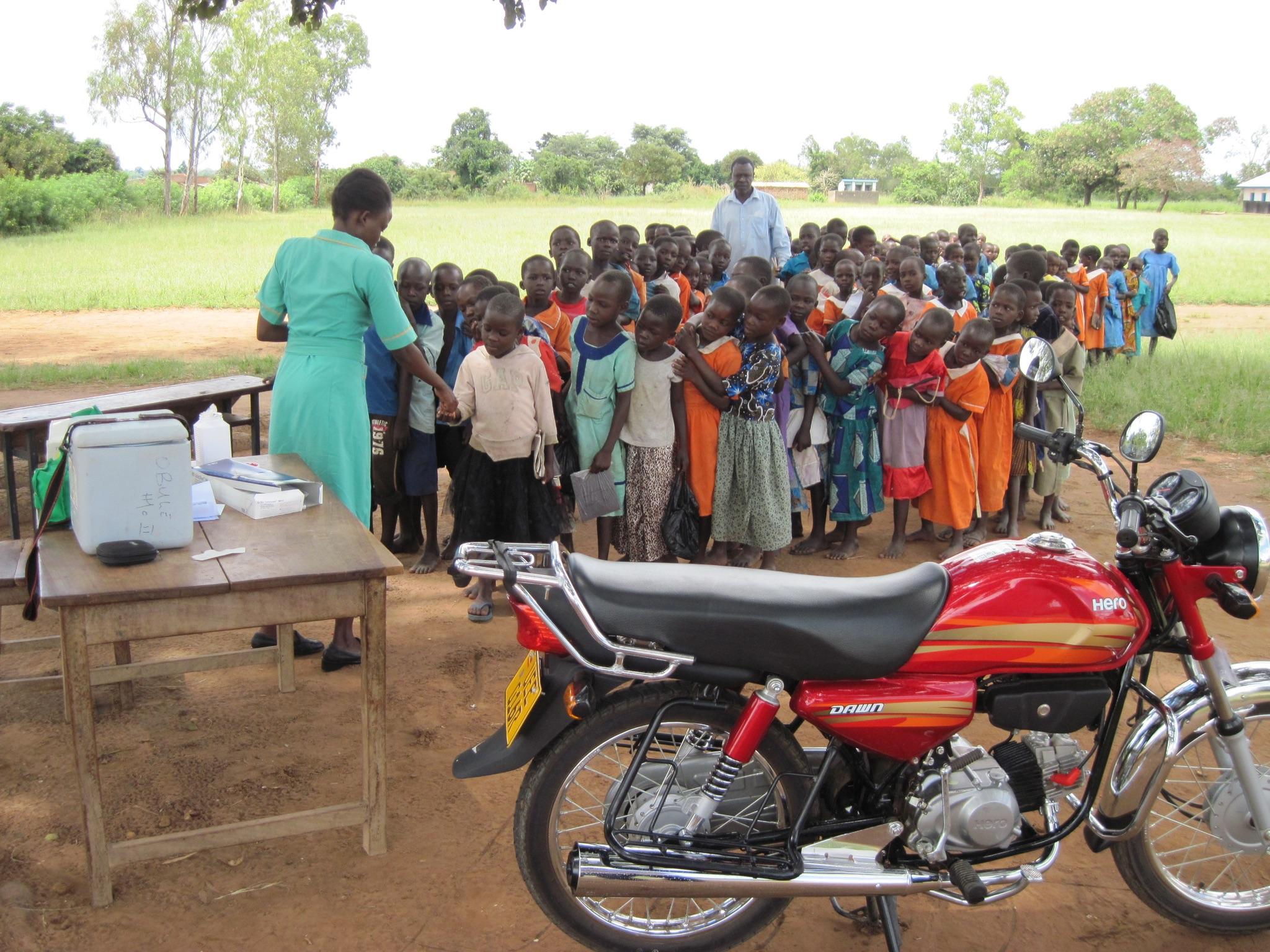 Una sessione di vaccinazioni in un villaggio con la nuova motocicletta