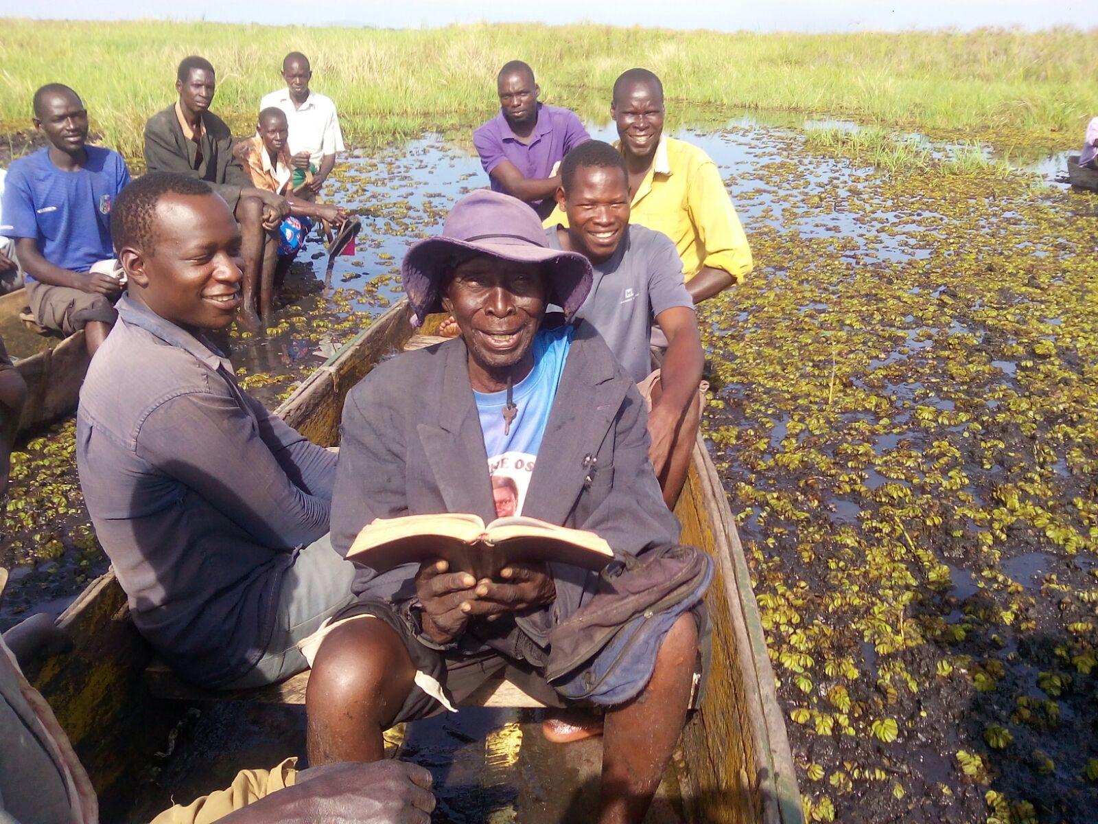 Il vecchio pescatore legge la Bibbia