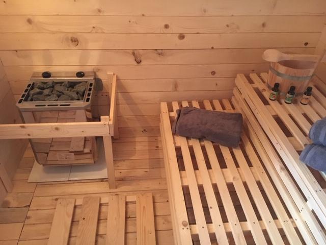 La sauna para 4 personas complementa el carácter de spa que nuestra casa tiene con la proximidad al Laguna Rosa. La ducha solar se encuentra en la terraza.