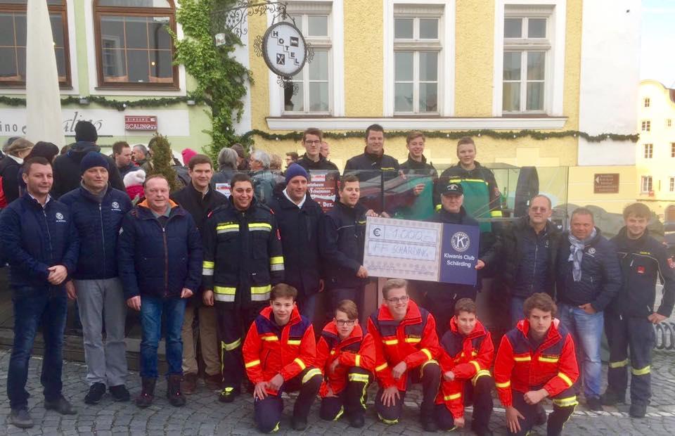 Kiwanis Schärding spendet der Jugendfeuerwehr Schärding 1.000€ am Bratwürstelsonntag