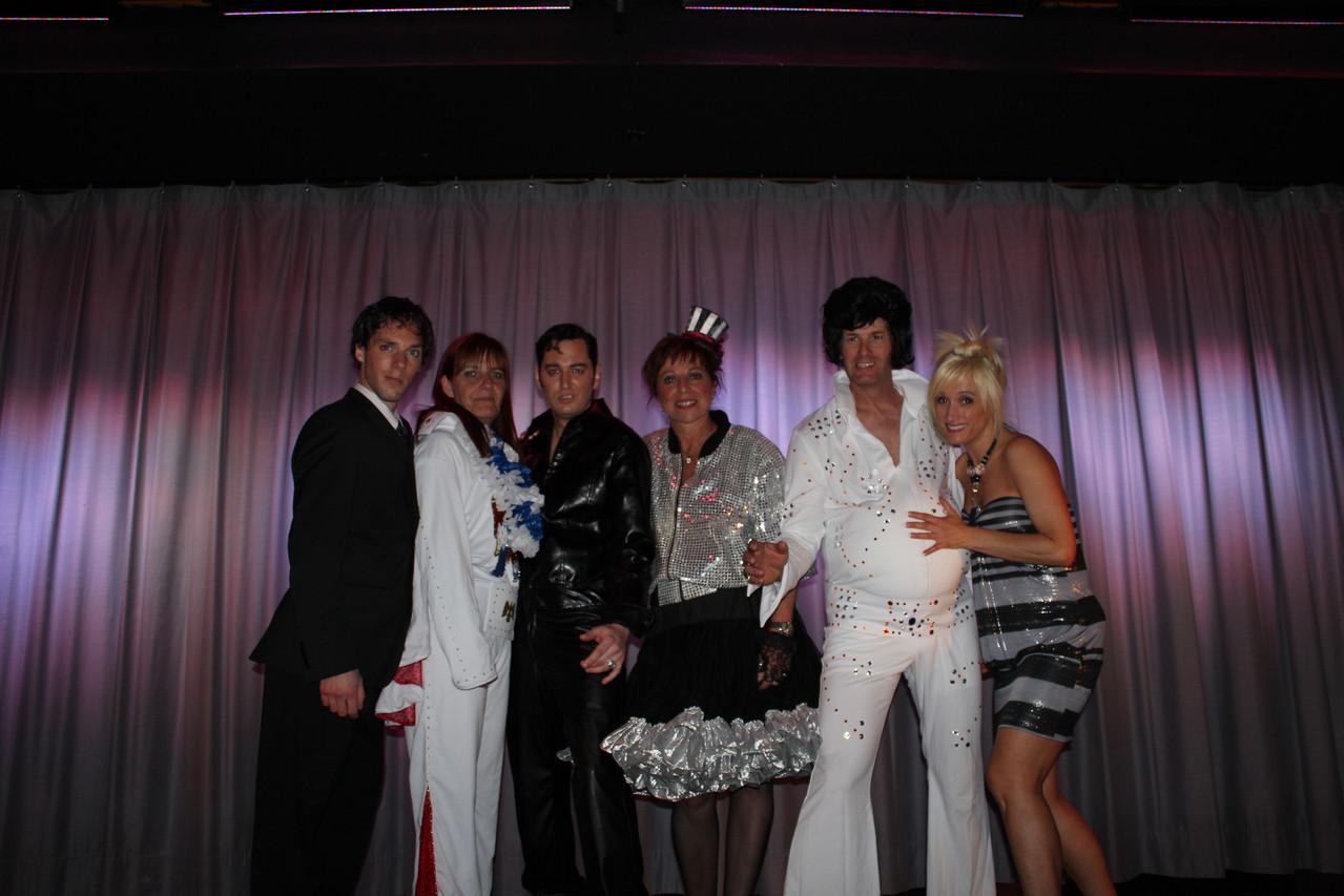 Les personnages: (De gauche à droite) - Stéphane Gendron - Jacqueline Sauvé -  Ricky Lamoureux - Dolorès Papineau - Maurice Moisan - Jessica