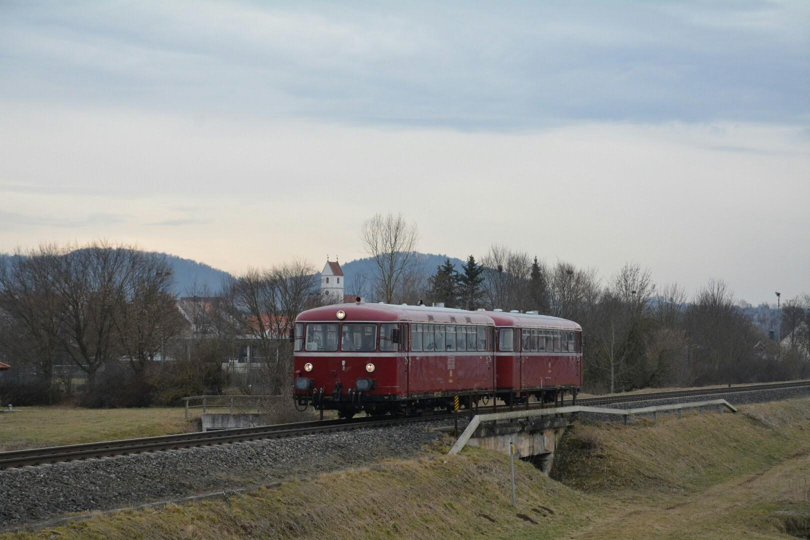 """Anlässlich des Rottenburger """"Omzugs"""" ist 798 652-4 mit dem zugehörigen Steuerwagen bei Kiebingen unterwegs."""