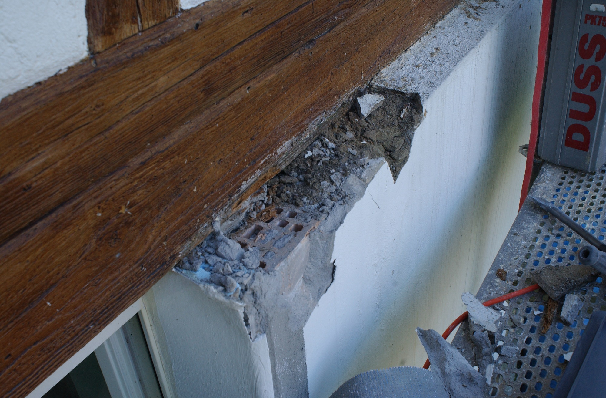 Aussen wurde ein Zementputz aufgebracht, der ein Abtrocknen der Wand nach Aussen wirksam unterbunden hat...