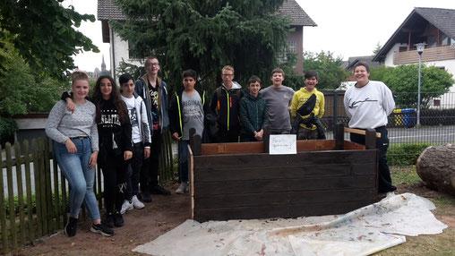 """11.9.19 Das """"Bauteam Praxisklasse"""" des ersten Hochbeetes, hier noch im Rohbau."""
