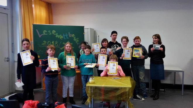 (von links nach rechts)   Jule, Domenik, Jana, Monika, Pascal, Lukas, Laura, Pia, Leon, Schulsprecher Daniil und Frau Simshäuser-Höhl