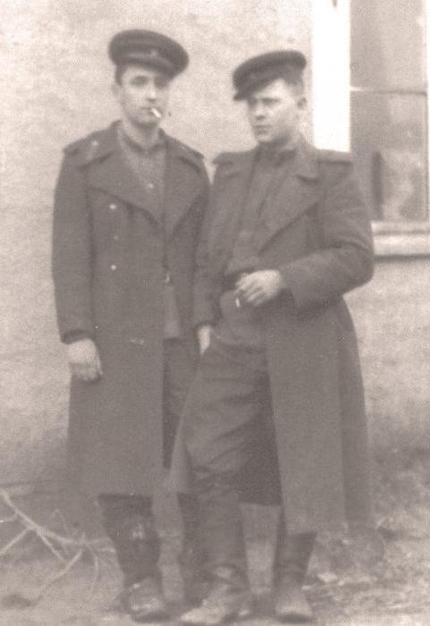 Полковая разведка (слева ст. сержант С. Красноштанов, справа рядовой Г. Бондаренко) апрель 1945 г.