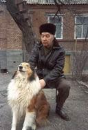 С любимой собакой Джеком во дворе своего дома