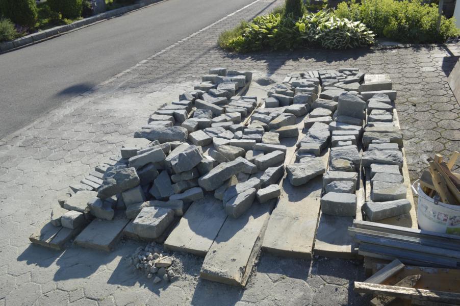Auslage der Sandsteine vor dem Bau der Mauern