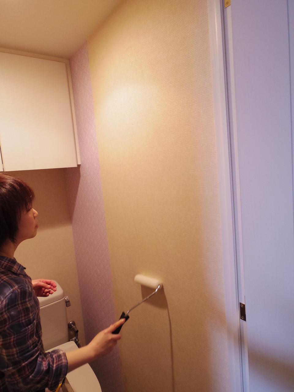 壁紙にのりを塗ります