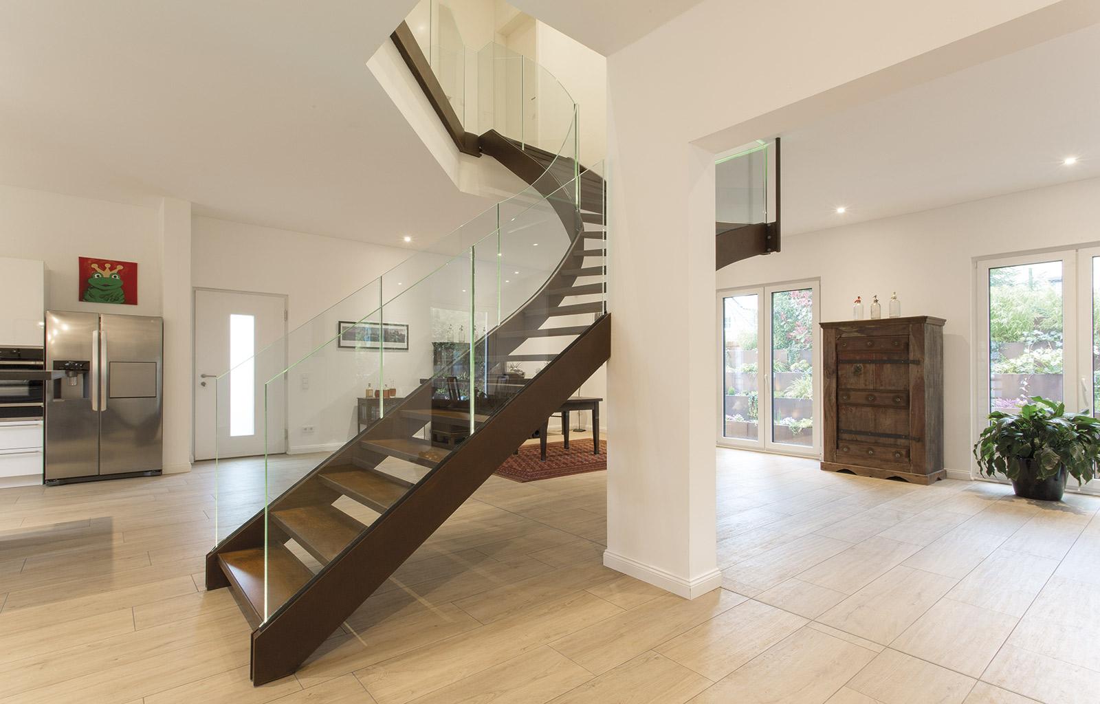 treppe im wohnbereich moderner wohnbereich mit treppe und kamin wohnbereich mit treppe mit und. Black Bedroom Furniture Sets. Home Design Ideas