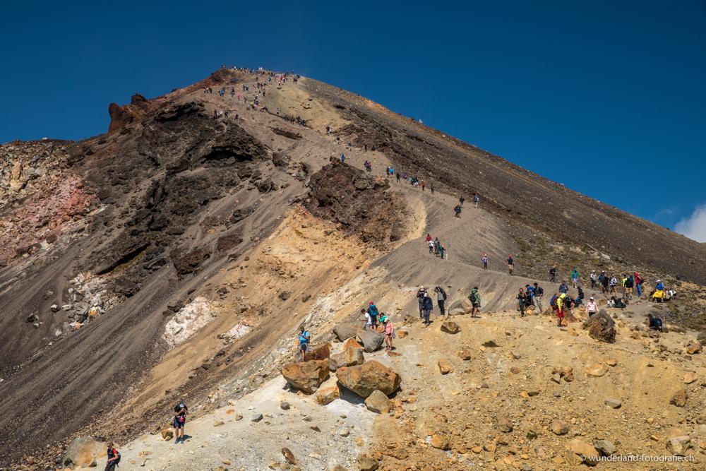 Menschenmasse auf dem Tongariro Crossing. Die Wanderung dauert übrigens 7-8 Stunden.