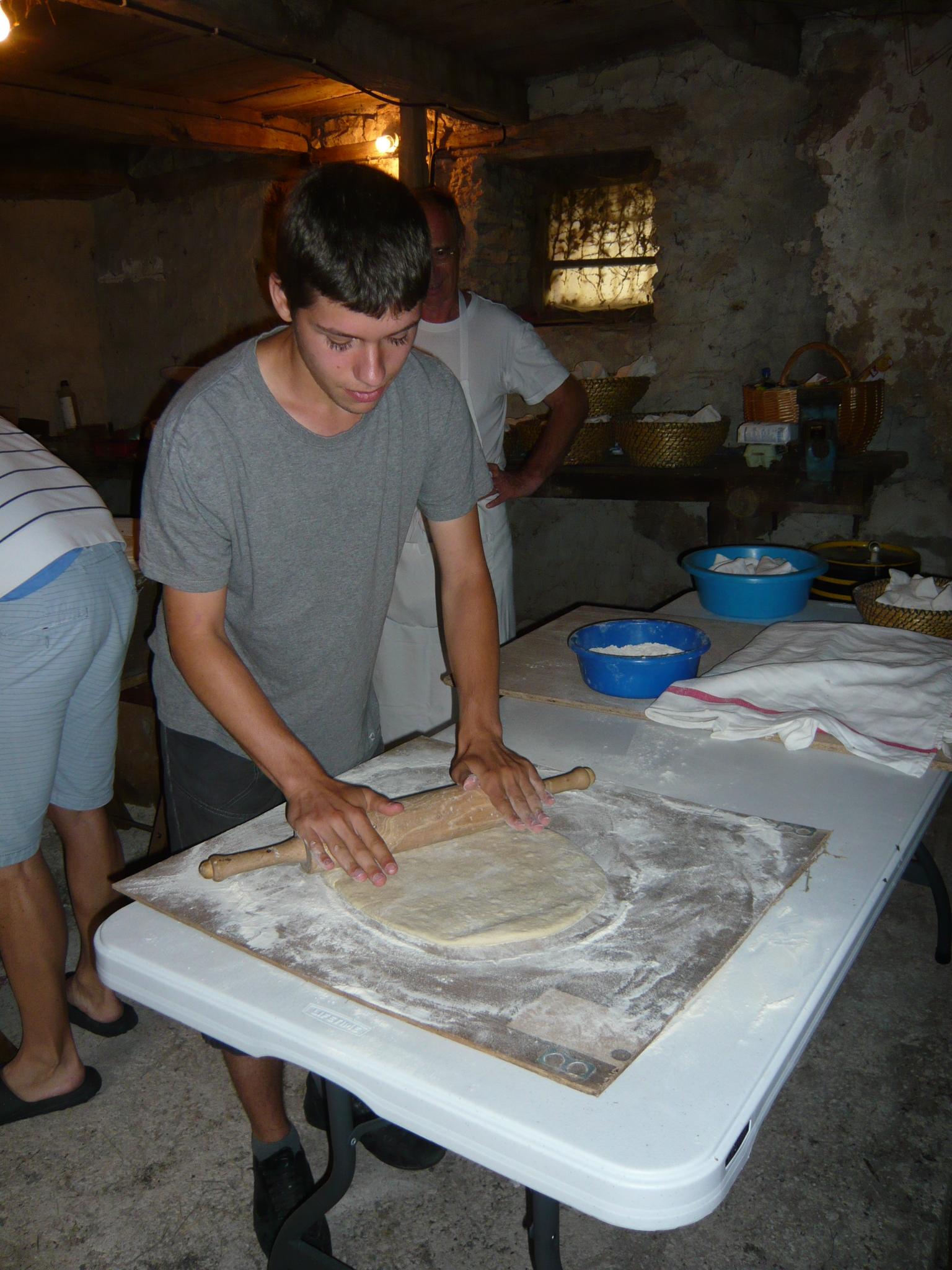 Les pâtons destinés à la pizza et à la pompe sont préparés