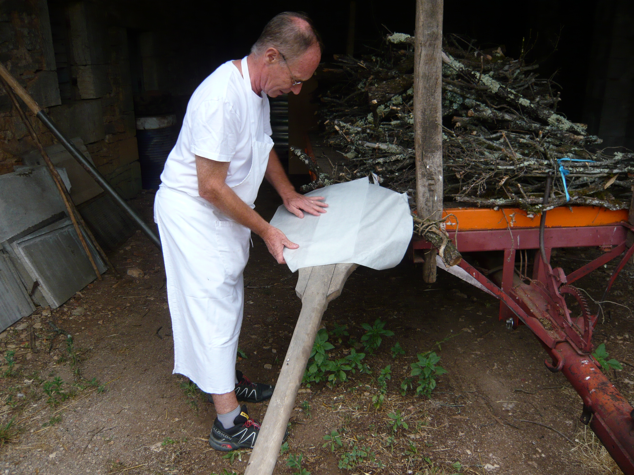 Philippe prépare les pelles à enfourner