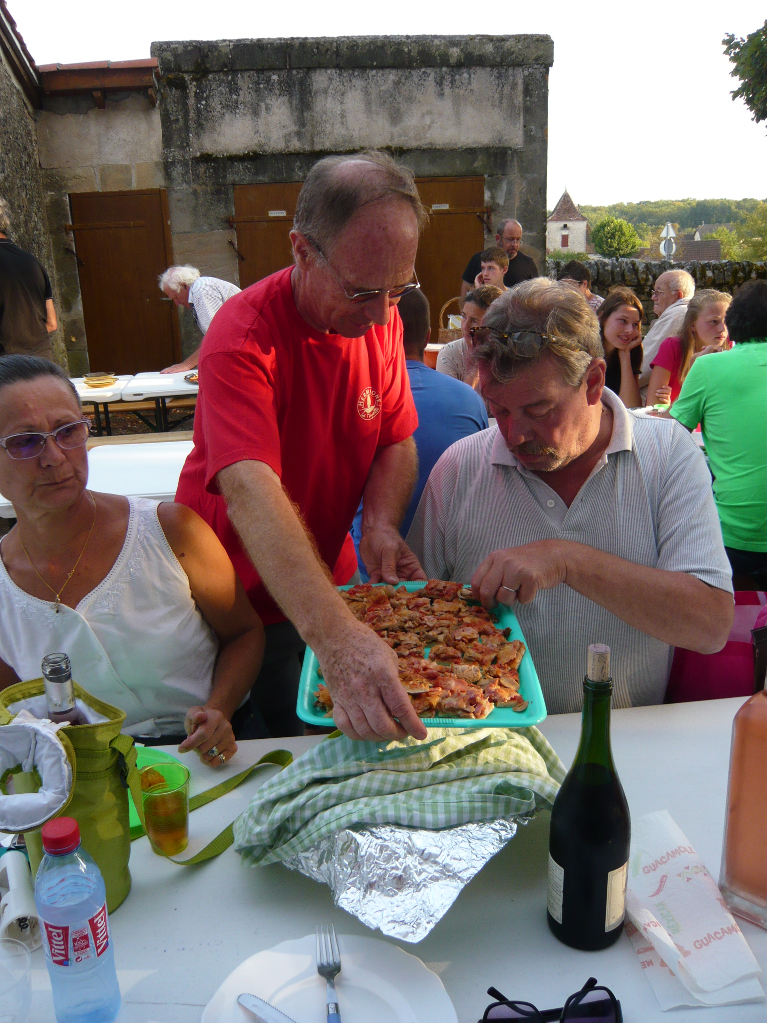 Le repas débute par la distribution des pizzas